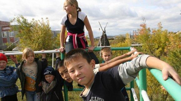 Детей мигрантов требуют свободно принимать в школы