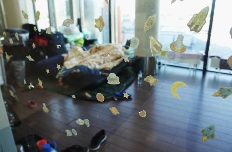 В стеклянной коробке: Как в аэропорту Шереметьево живет семья курдских беженцев. Фотоистория «Медузы»