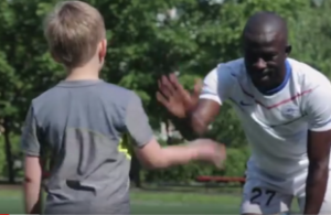Видео с беженцем-футболистом из Кот-д'Ивуара