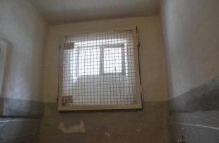 Подвергавшемуся пыткам в колонии чеченцу заплатят компенсацию за тесную камеру