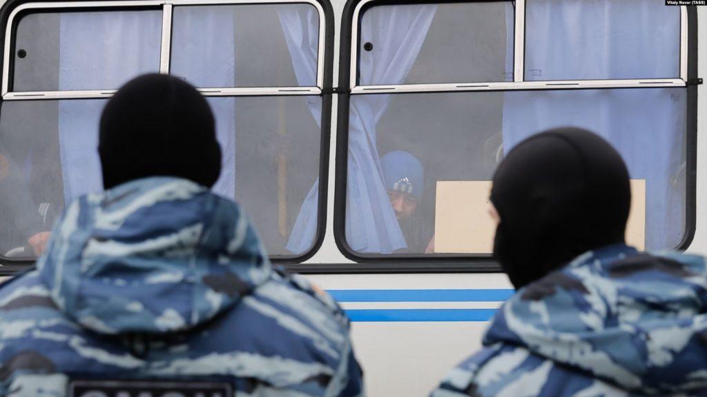 «Лучше умру, чем вернусь»: гея из Узбекистана хотят депортировать на родину