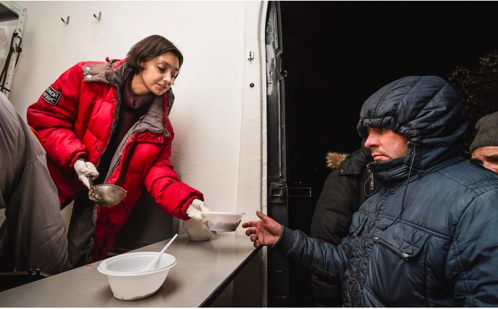 Как пандемия повлияла на жизнь бездомных, наркопотребителей, заключенных и беженцев